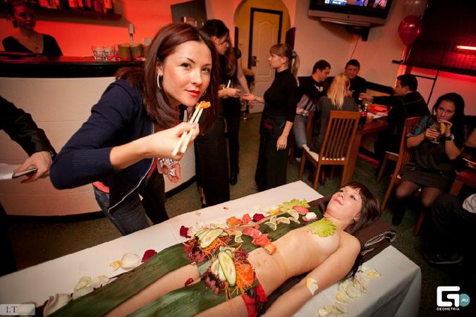 голая в ресторане фото